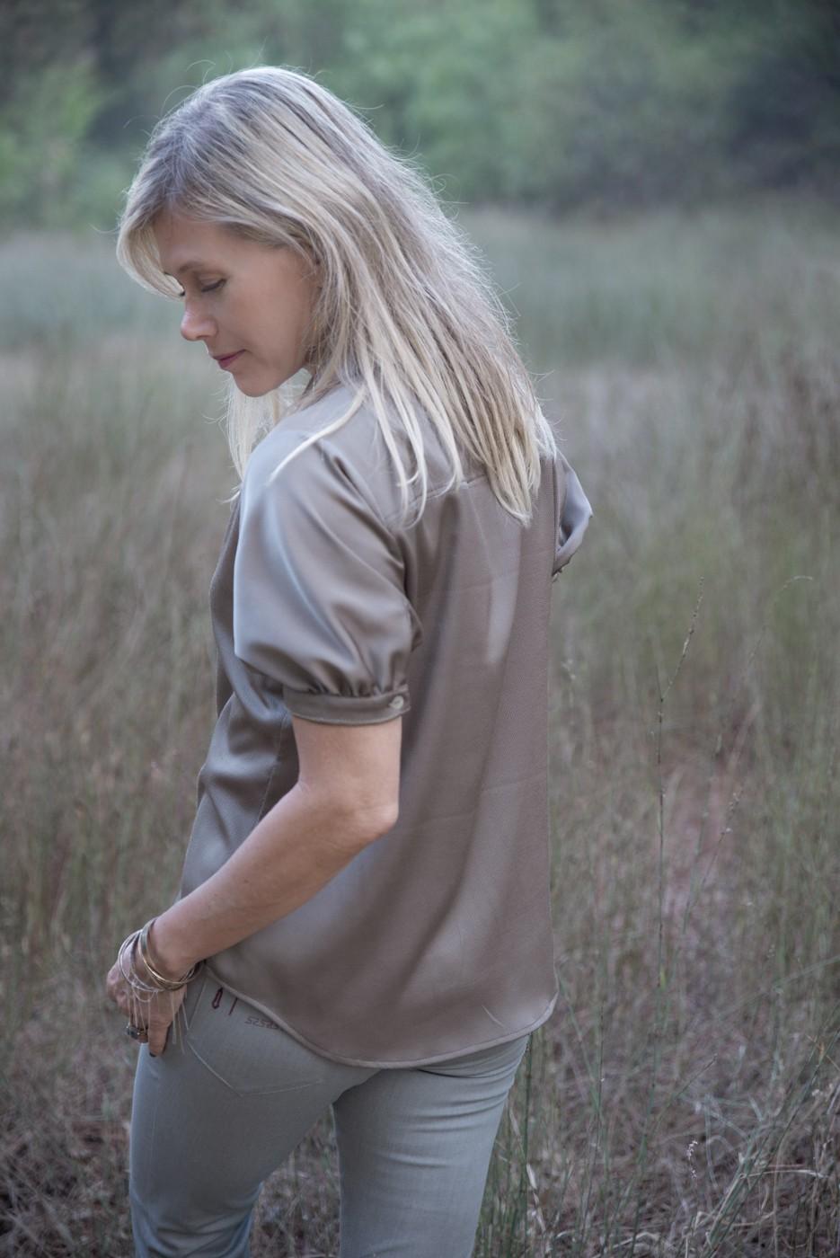 חולצת כפתורים קצרה בצבע זית